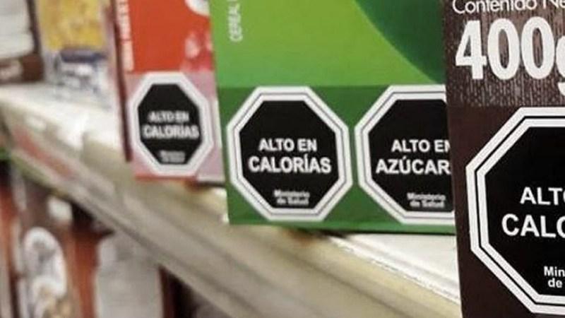 El proyecto de etiquetado frontal fija pautas para una alimentación saludable, al obligar a la colocación de una serie de sellos frontales en los envases de alimentos.