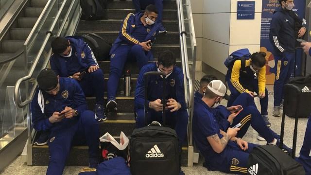 El plantel varado por varias horas en el Aeropuerto (Twitter: @bocajrsoficial).