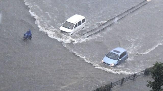 Las precipitaciones sin precedentes cayeron el martes por la noche en Zhengzhou, una ciudad de 10 millones de habitantes localizada a 700 kilómetros al sur de Beijing, donde una línea del metro quedó anegada y centenares de vehículos fueron arrastrados,