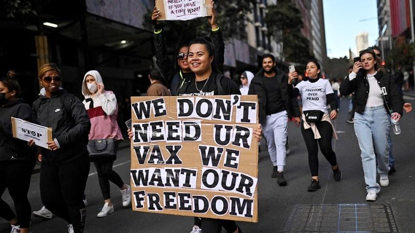 Miles de personas marcharon en Australia en contra de las restricciones para contener el coronavirus.