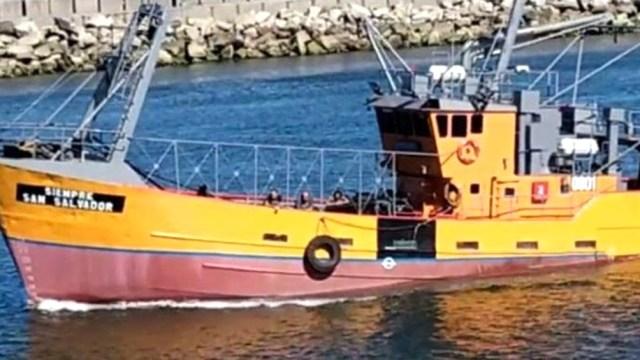 """El pesquero marplatense """"Siempre San Salvador"""" se encontraba pescando a 140 kilómetros al norte de Mar del Plata y por causas que se están investigando dio una vuelta de campana y se hundió."""