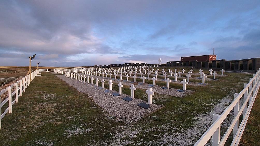 El cementerio de Darwin está a unos 70 kilómetros de Puerto Argentino, cerca de la Pradera del Ganso.