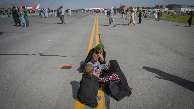 Los talibanes organizan la circulación en las calles.