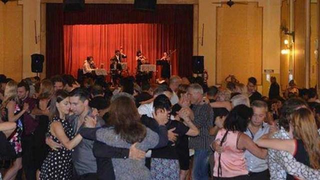 Uno de los muchos y tradicionales salones porteños donde se escucha y baila tango.