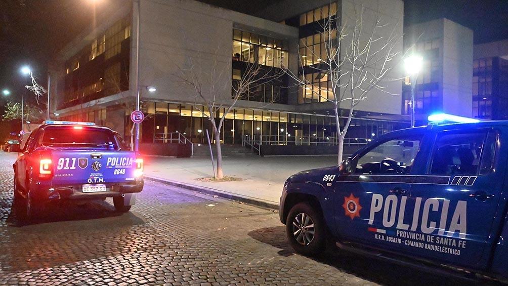 Dos hombres a bordo de una moto atacaron a balazos la fachada de la sede. Foto: Sebastián Granata.