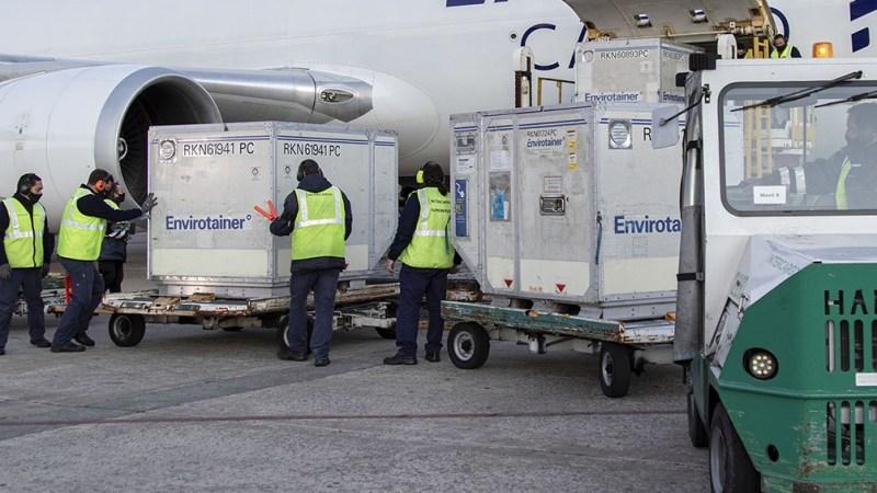 Un nuevo lote con 530.300 dosis de la vacuna AstraZeneca llegará sábado a las 21.10 al Aeropuerto Internacional de Ezeiza.