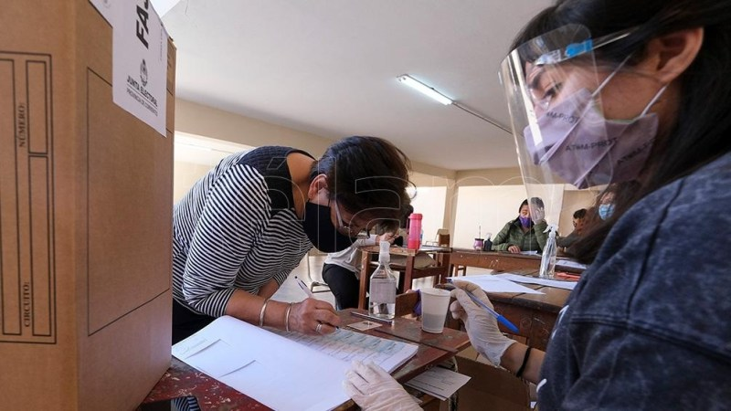 Se recomienda llevar un bolígrafo propio para firmar el padrón. Foto: Germán Pomar.