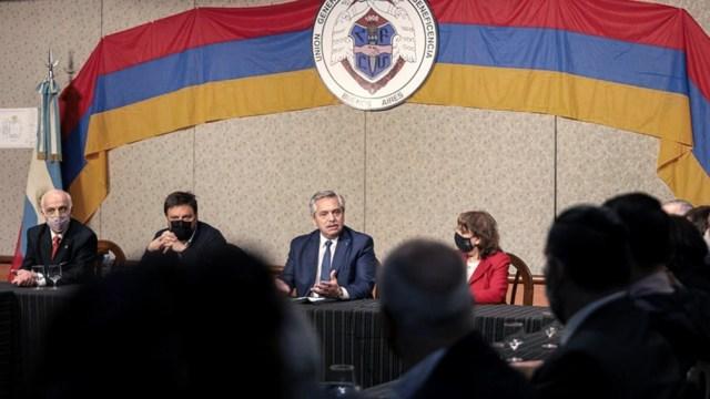 Fernández se entrevistó con los integrantes de la comunidad armenia.