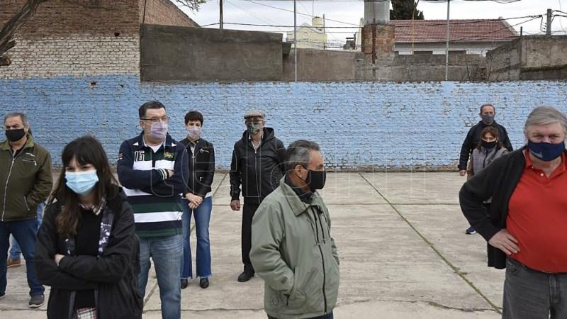 Trabajadores de salud votando. (Foto: Horacio Culaciatti)
