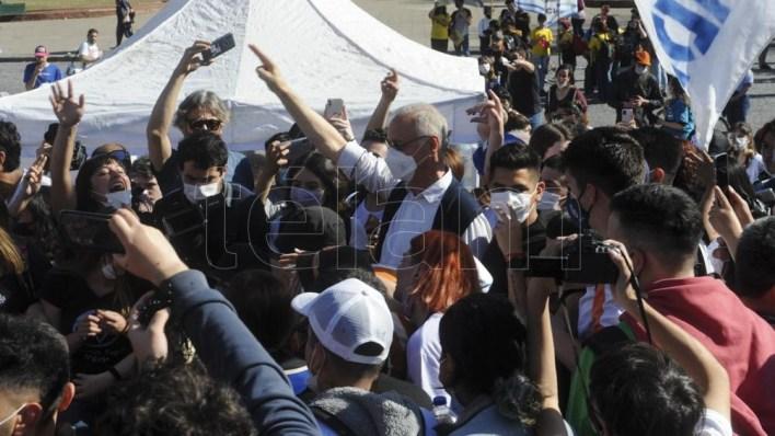 Daniel Gollan se sumó a la marcha en La Plata. (Foto: Eva Cabrera).