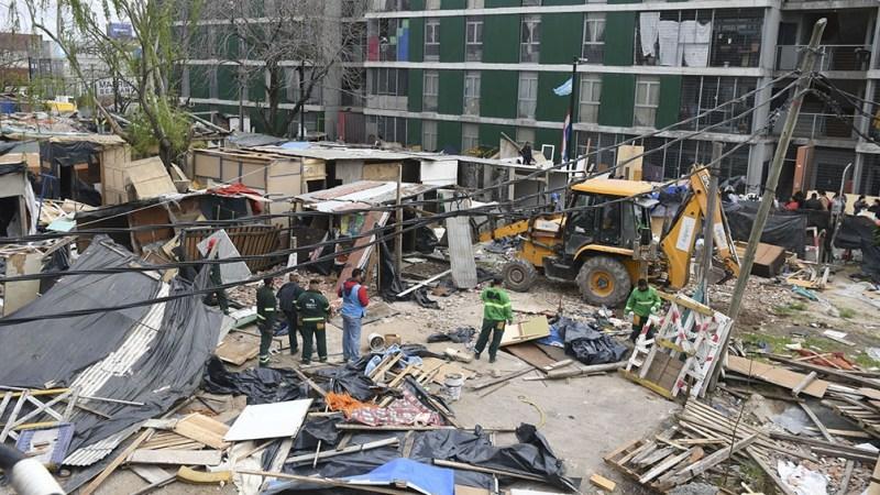 El desalojo fue seguido por la demolición de las construcciones precarias (Foto Daniel Davobe)