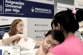 El gobierno inglés recorta beneficio a niños de bajos recursos y Argentina transforma la AUH en ley