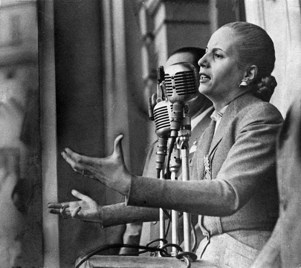 Una de las icónicas imágenes de Evita hablando a los descamisados.
