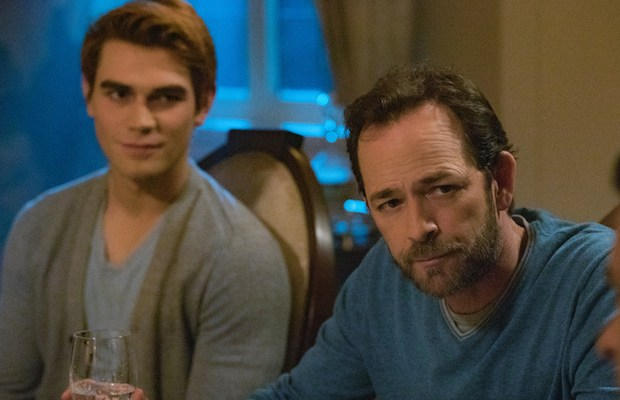 Luke Perry: un mentore e una figura paterna per il cast di Riverdale, The CW saluta la star