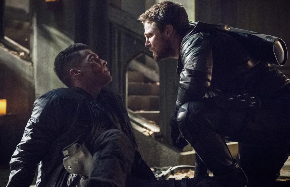Arrow chiude la quinta stagione col botto, letteralmente. La recensione del finale