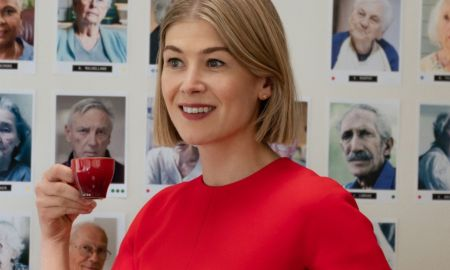 rosamund pike i care a lot recensione