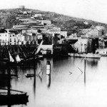 Il fronte interno di mare delle fortificazioni di Gaeta. In primo piano il relitto dell'avviso borbonico Etna, affondato durante il bombardamento del 22 gennaio. (Foto Sevaistre 1861)