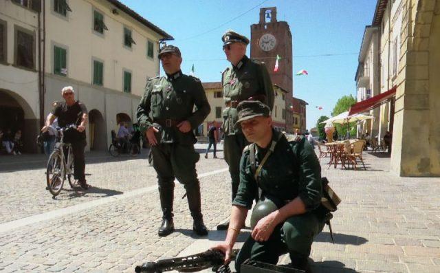 Figuranti tedeschi sul corso di Cascina per la rievocazione storica sulla Liberazione voluta dal Comune
