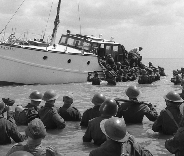 Dunkirk Soldiers Trying To Board A Fishing Boat