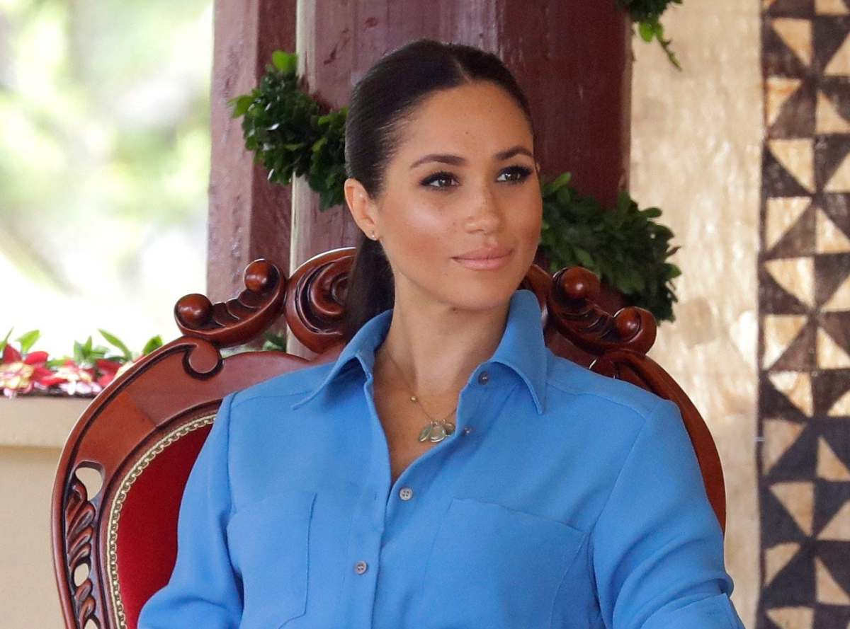 Meghan wearing the aquamarine Pippa Small necklace in Tonga in October 2018