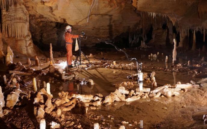 Un científico toma medidas para la encuesta arqueo-magnética en la cueva Bruniquel