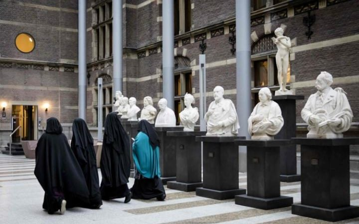 Women wearing niqab visit the Senate on November 23, 2016 in the Hague, the Netherlands