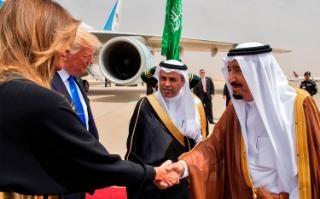 Melania Trump shakes hands with Saudi King Salman bin Abdulaziz al-Saud