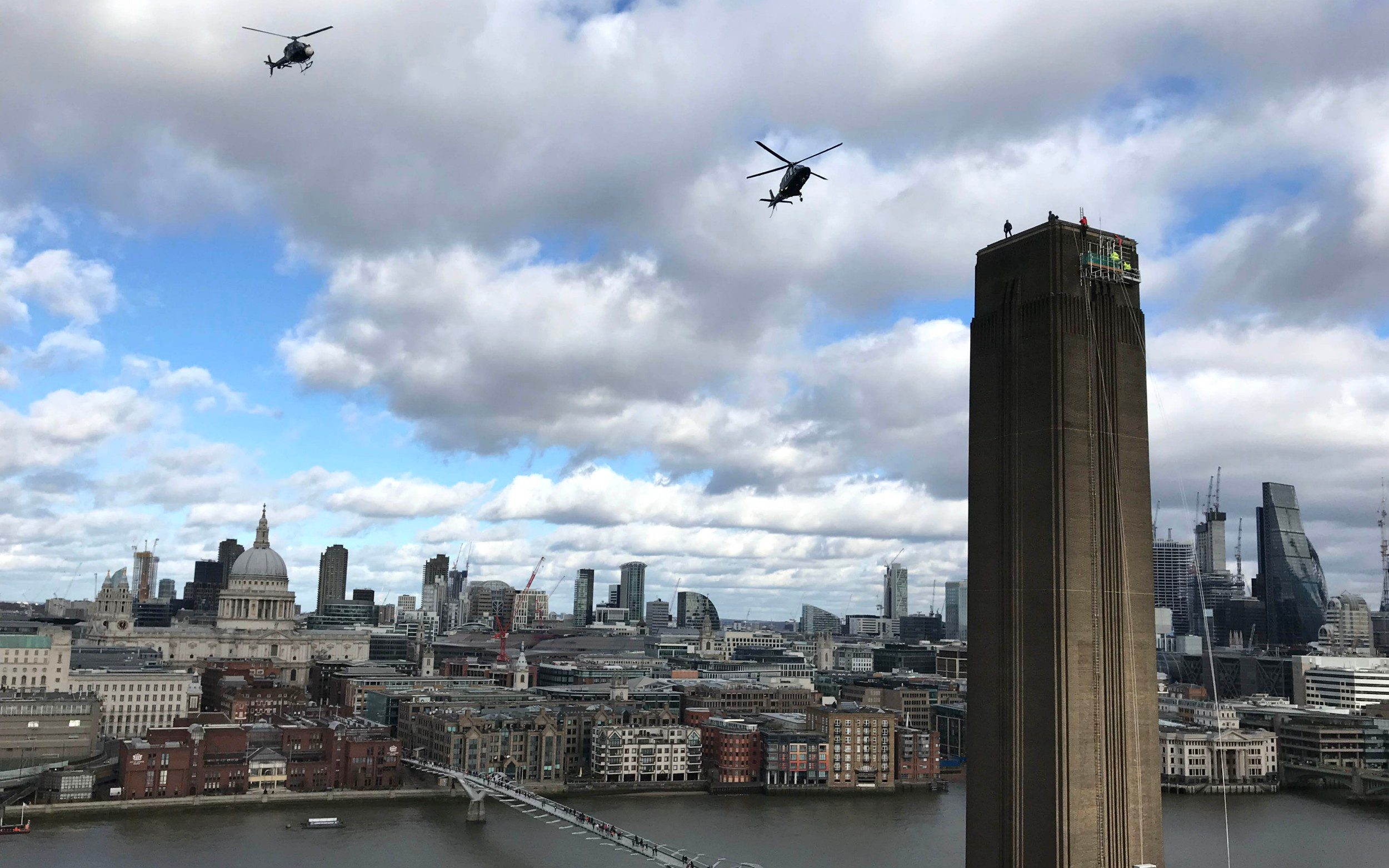 Tom Cruise climbs the Tate Modern tower filming a stunt
