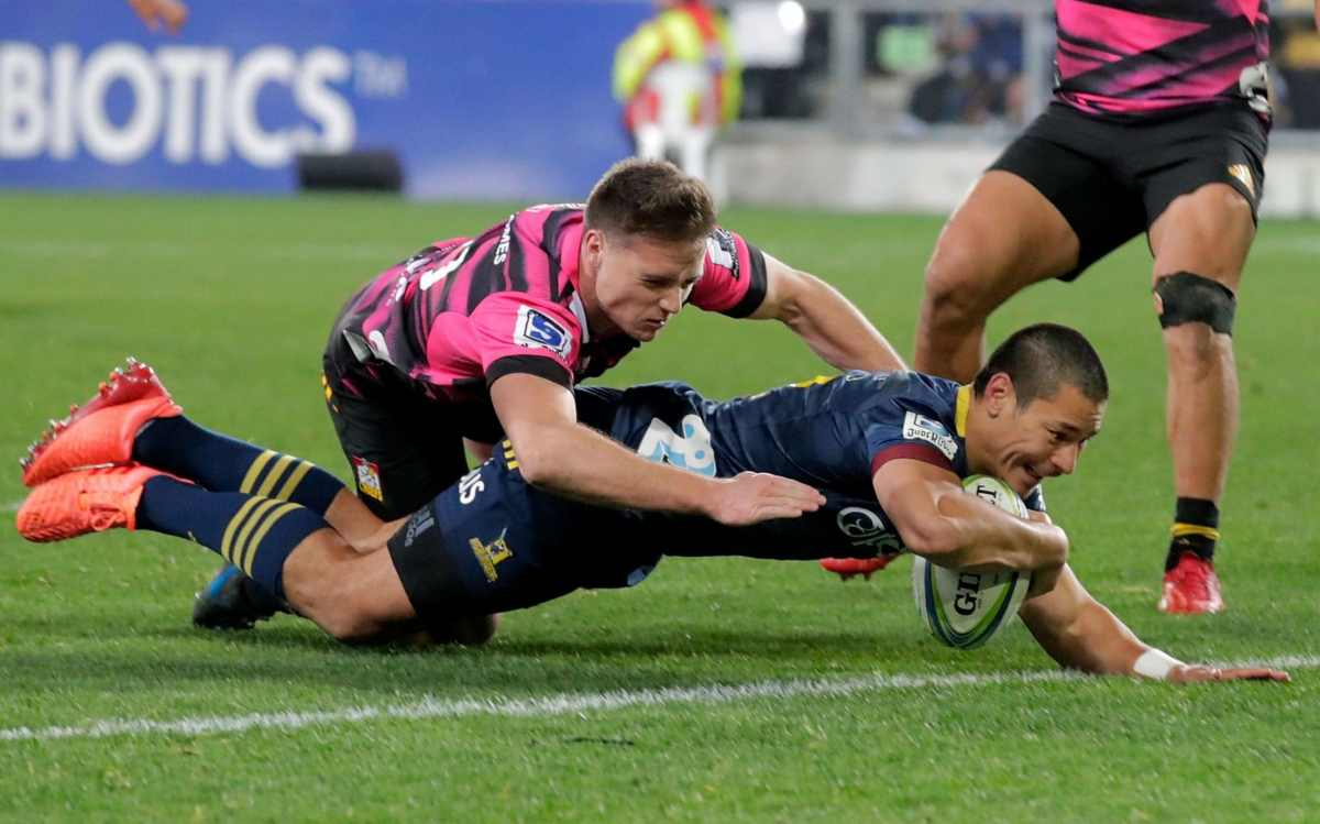 Highlanders' Sio Tomkinson scores a try