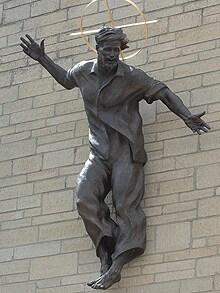 Diese Bronzestatue zeigt Jesus in seinen besten baggy jeans hängt an der Our Lady Immaculate and St Phillip Neri church in Uckfield, East Sussex, GB  Photo: IMAGES INTERNATIONAL