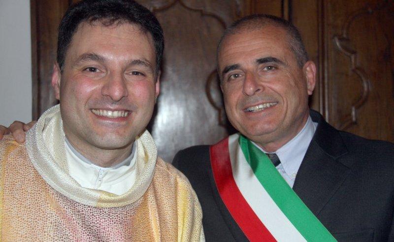 Don Enrico Ravera con il sindaco Paolo Ottonello