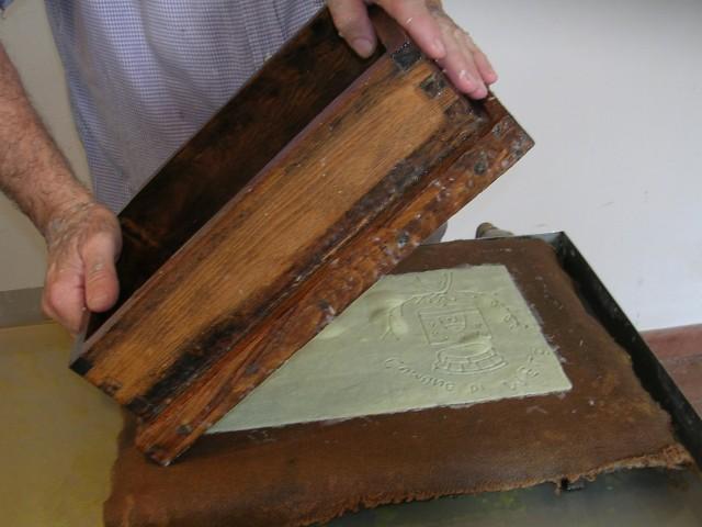 Carta fatta a mano al Museo della Carta di Mele