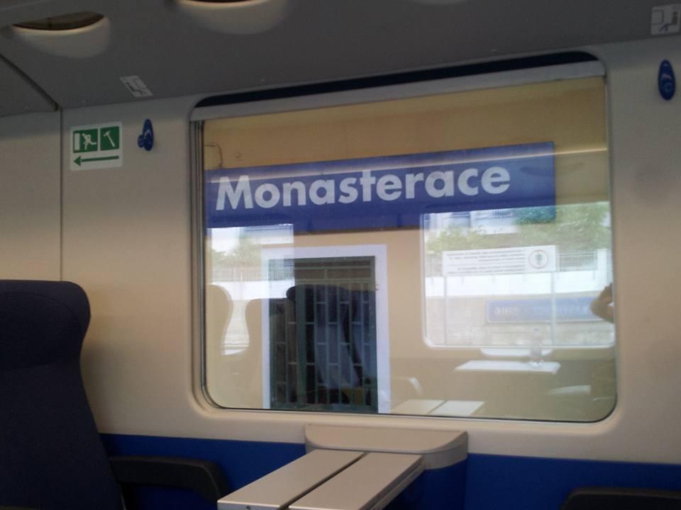 MONASTERACE: CAPOTRENO FERMA IL TRENO E FA SCENDERE LE PROSTITUTE