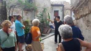 Jolanda della Jusuterra spiega ai turisti LA RUGA DELLE MARGHERITE - Badolato 31 agosto 2019