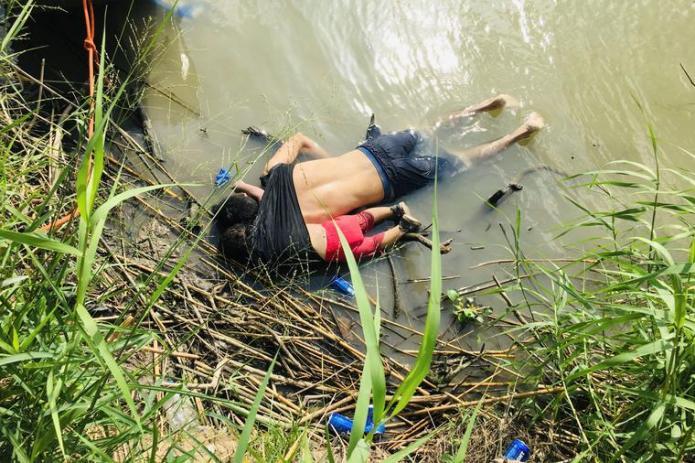 24 de junio de 2019. Los cuerpos del inmigrante salvadoreño Óscar Alberto Martínez Ramírez y su hija Valeria, de casi 2 años. Ambos murieron ahogados mientras trataban de cruzar el Río Grande desde Matamoros, México hacia Brownsville, Texas