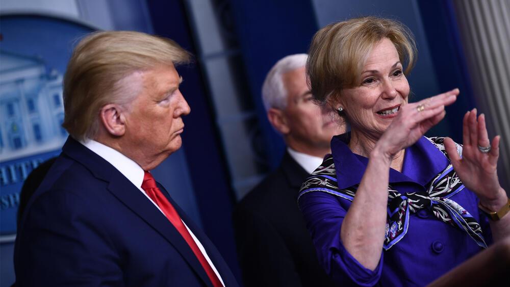 El presidente Trump firma la orden ejecutiva que suspende la inmigración y solicitud de 'green cards' por 60 días