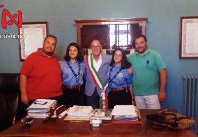 Nicosia, il sindaco Bonelli ha salutato le cugine Bertocchi in partenza per il 24° Jamboree Mondiale Scout negli Stati Uniti – VIDEO