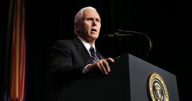 Paura sull'Air Force Two, atterraggio d'emergenza per Pence