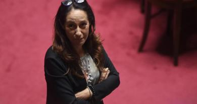 M5S, ira parlamentari contro Taverna per indennità in beneficenza