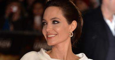 Angelina Jolie vende all'asta quadro di Churchill: incasso record