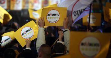 """M5s, Grillo spinge per premier unico. L'ira degli espulsi: """"Chiediamo danni"""""""