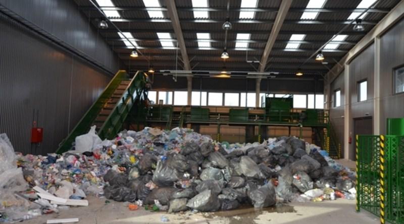 Szelektálásra váró hulladék. Fotó: Paksi Hírnök archív