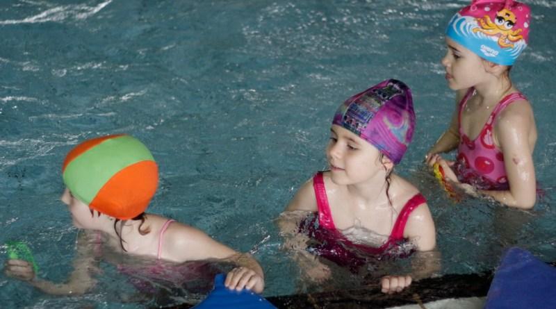 A Fuss, ússz, kerékpározz a gyermekedért! program első állomása 2016-ban is az úszás. Fotó: Molnár Gyula/Paksi Hírnök archív
