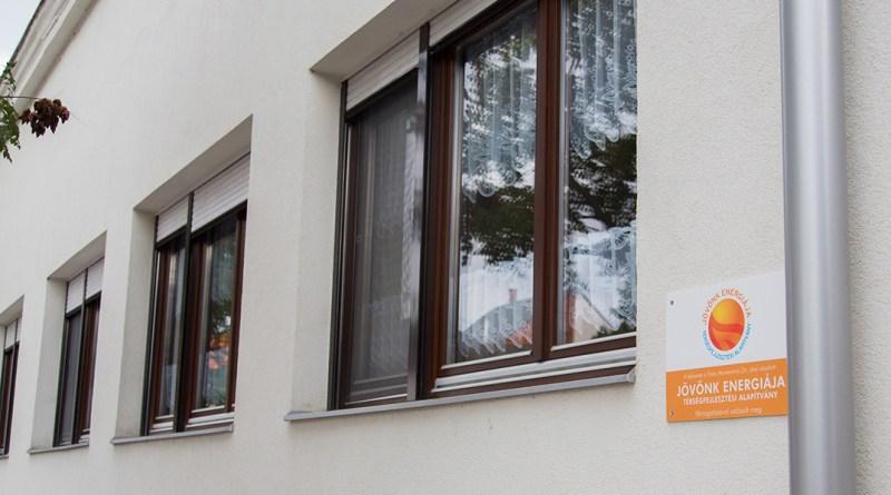 Az alapítvány támogatását jelző tábla Pakson. Fotó: Kövi Gergő/Paksi Hírnök
