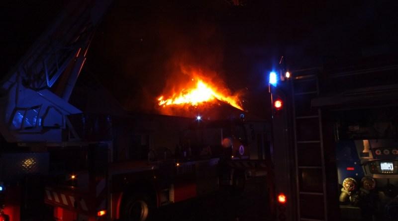 Több száz négyzetméteres épület égett Szekszárd határában. Fotó: katasztrófavédelmi műveleti szolgálat