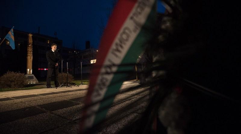 Megemlékezés a kopjafánál. Fotó: Babai István/Paksi Polgármesteri Hivatal