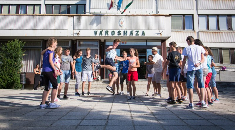 Flashmob a Városháza előtt. Fotó: Kövi Gergő/Paksi Hírnök