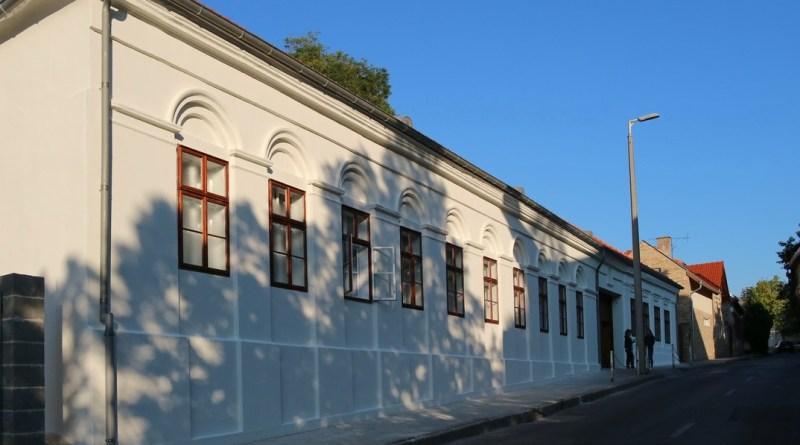 A Balogh Antal Katolikus Általános Iskola és Gimnázium felújított épülete. Fotó: Molnár Gyula/Paksi Hírnök