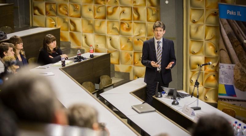 Aszódi Attila előadása az ESZI-ben. Fotó: Kövi Gergő/Paksi Hírnök