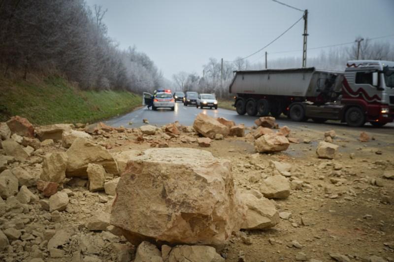 Nagy mennyiségű lösz omlott 2016 decemberében a 6-os útra . Fotó: Paksi Hírnök archív